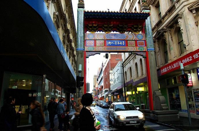 墨尔本唐人街是澳洲最大的唐人街,从开始到今天已经有一百多年的历史。这里大多以广东福建的移民较多。开满了大大小小的中国餐馆,以及中国商品商店,这也是墨尔本最为热闹的区域,很值得来走走,体验一下国外华人区的别样风情。