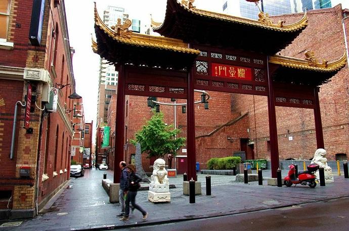 """墨尔本唐人街伴随着19世纪中叶的维多利亚""""淘金热""""而形成,街道至今保留着传统中式建筑。当年的诸多建筑遗迹依然保留,街道两侧的建筑物大多超过半世纪,使这条街道成为中国传统建筑的长廊。"""