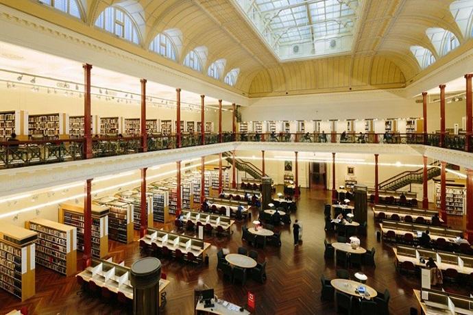 雷德蒙德·巴里阅览室是图书馆的主要研究和阅读空间之一。 凭借夹层设计和天窗式天花板,这是图书馆著名的传统空间之一。 雷德蒙德·巴里(Redmond Barry)阅览室于2004年进行了翻新,提供图书馆的一般非小说类作品以及期刊杂志的藏书。 阅览室设有工作站,书桌和桌子,以及用于在线浏览或目录研究