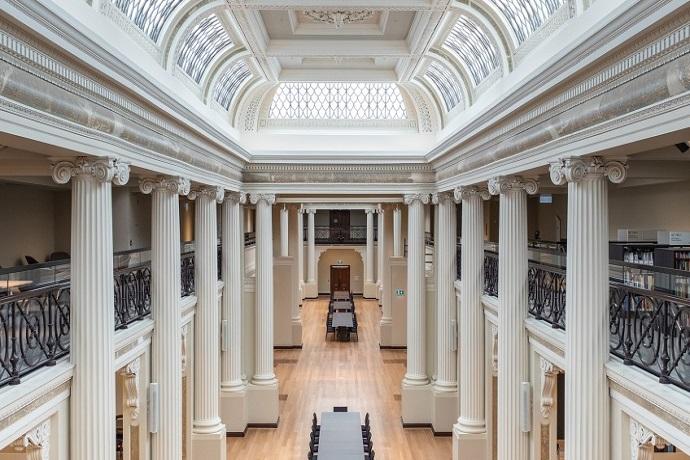 伊恩·波特女王大厅(Ian Potter Queen's Hall)是图书馆众多独特遗产空间中的瑰宝。位于图书馆的Swanston Street接待区,由宏伟的大理石楼梯伸直,两旁排成一列的高耸的柱子,并由枝形吊灯和自然光照明。