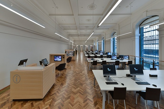 宁静的艺术阅览室是一个安静的空间,可坐下来看DVD,听CD,浏览最新的文化杂志或从艺术,音乐和表演艺术书籍集中选择自己喜欢的书本。