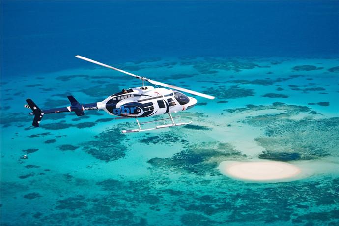 搭乘直升机从汉密尔顿岛出发享受惊人的风景,从空中眺望大堡礁,包括世界着名的浪漫心型礁,白天堂海滩,眺望明亮的白石英砂和绿宝石般的海域,以及无数其他的圣灵群岛岛屿;飞行时间约为1小时;