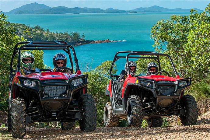 在专业教练陪伴您将造访观景台,并自由享受岛屿风光;深入丛林探险寻找原始幽静的珊瑚海湾,途中,领队教练会为您介绍所有关于汉密尔顿岛的一切以及围绕週边的圣灵群岛;此项越野车活动非常适合家庭一起进行, 驾驶员必须年满16并持有驾照,年满12岁以上的孩子需由教练代为驾驶!