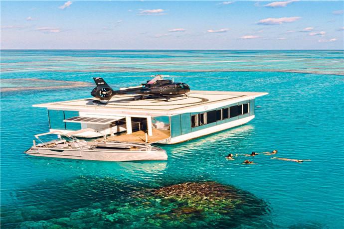 您可以在玻璃底游船之旅中探索绿宝石颜色的海水,或按照自己的节奏游泳或浮潜,在浮台内游泳,浮台配有一个浅浅的遮荫游泳池;