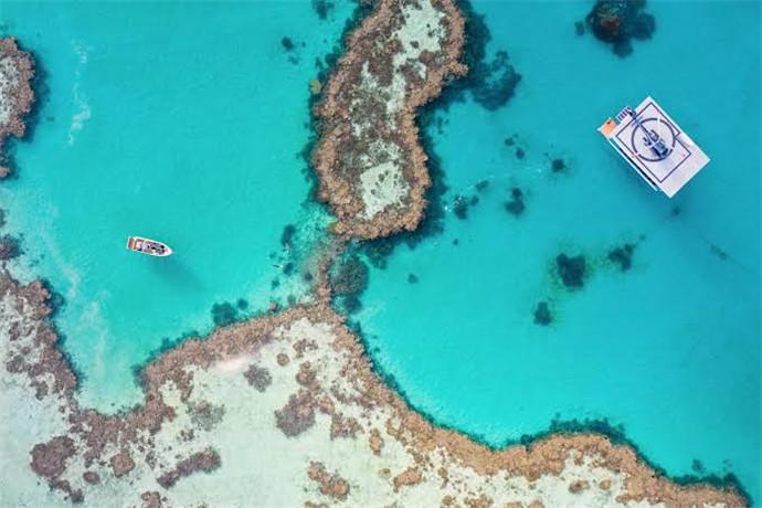 2019年新开业的心型岛位于哈迪大堡礁深处,此行您将感受到独特的詹姆斯邦德式尊贵体验; 首先,您将从汉岛起飞,在30分钟的直升机飞行中,经验丰富的驾驶员会带您飞越无与伦比的白天堂沙滩,希尔湾和心型大堡礁;