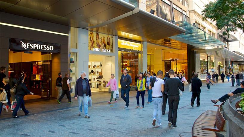 皇后街购物中心(Queen Street Mall)也是位于步行街上,各种国际品牌应有尽有; 走到皇后大街的步行街尽头,是布里斯班的金库赌场(Treasury Casino), 您可以小赌进去试试手气; 这里也可以隔着布里斯班河岸看到对面的南岸公园!