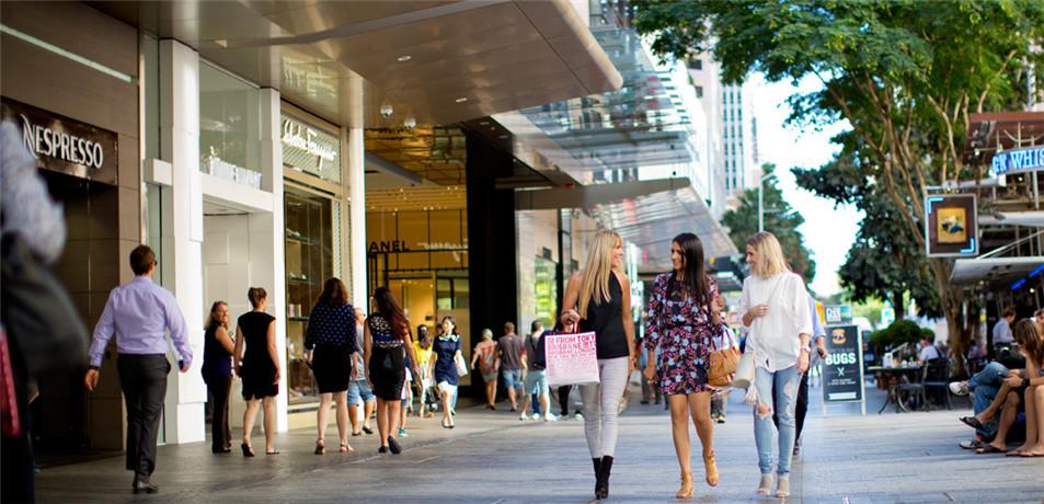 女皇大街(Queen Street)是布里斯班中央CBD最热闹的购物街区,这个有700米长的步行街,汇集了500家以上的百货公司、购物中心、专卖店、时装店、书店、纪念品店、食品店、餐厅、酒吧、咖啡馆和娱乐的场所;