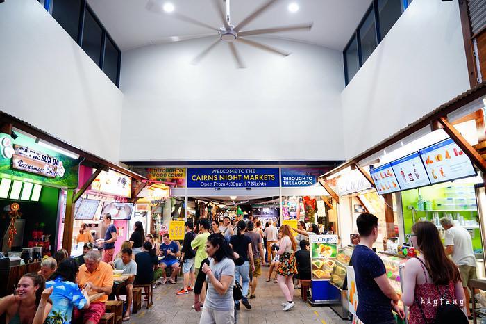 凯恩斯夜市(Cairns Night Markets)位于凯恩斯城人口最稠密的滨海大道(Esplanade),每天从下午开放到晚11点,贩卖当地的旅游纪念品如珊瑚礁石摆件、袋鼠皮袋、手工木雕等,还有海鲜熟食自助餐和一些提供按摩的小店,非常热闹,可以说是每个游客到凯恩斯的必去之处。