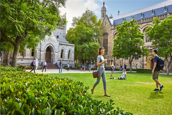 阿德莱德大学是是澳洲八大名校之一,属于研究型大学,且一直保持世界顶尖1%的大学排名。成立于1874年,阿德莱德大学是澳大利亚第三古老的大学,也是阿德莱德最具有标志性的教育机构;在健康,福利和文化、社会及智力方面有着杰出且重要的贡献。