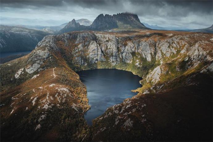 摇篮山是长达65公里(40英里)摇圣徒步道的起点,也是占地161000公顷(397840英亩)的摇篮山-圣佳尔湖国家公园(Cradle Mountain-Lake St Clair National Park)的北端,和塔斯马尼亚荒原世界遗产区的一部分。