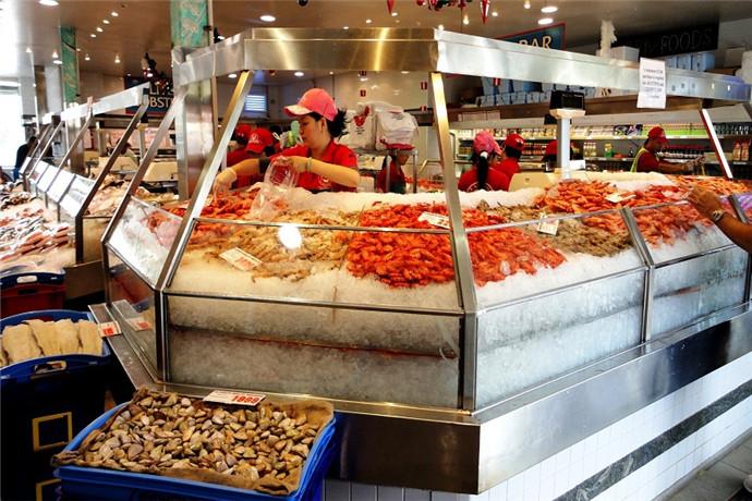烧烤,刺身,油炸,清蒸,蒜茸炒……多种独特的烹调手法,惹人垂涎。游客还可以在旁边的商店里买瓶葡萄酒,到海港边的露天餐座,一边欣赏海景,一边品尝美食,别有一番风味。