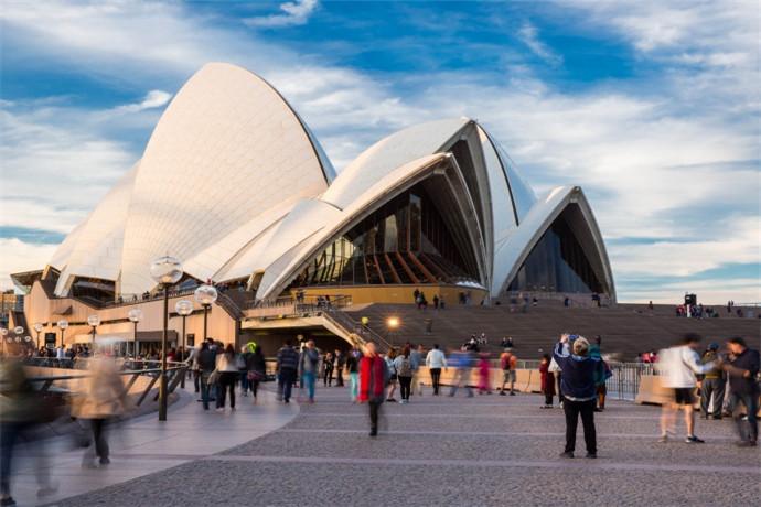 悉尼歌剧院位于澳大利亚悉尼,是20世纪最具特色的建筑之一,也是悉尼市的标志性建筑。该剧院在2007年6月28日这栋建筑被联合国教科文组织评为世界文化遗产,为少数20世纪落成建筑物列入世界遗产的例子。