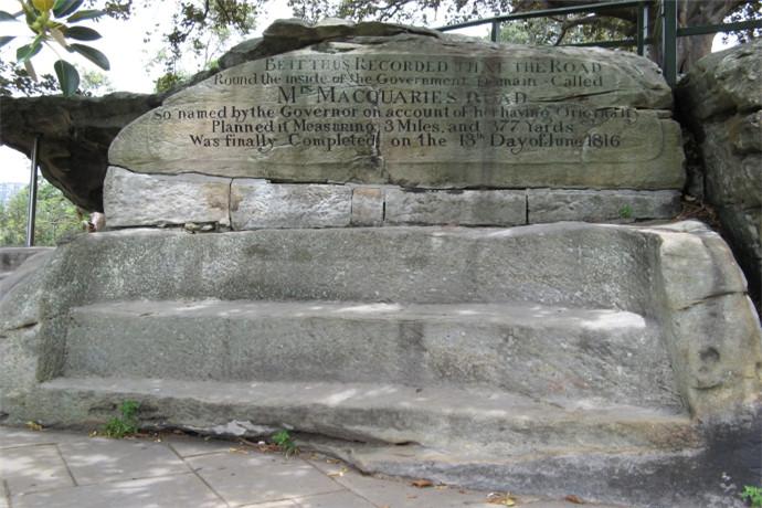麦考利夫人椅子位于雪梨皇家植物园的东北端,在这里可以看到悉尼大剧院、悉尼港湾大桥。它原是在悉尼港的一个半岛上的一块裸露的砂岩,1810年由囚犯手工雕刻而成椅子的形状献给麦加里总督的妻子伊丽莎白.