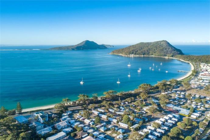 位于澳大利亚新南威尔士州的猎人谷地区内,是一个占地面积为134平方公里的巨大的天然海港。这里天清水蓝,浪柔沙软,适宜开展各项水 . 上及沙滩活动如滑水、滑沙、潜水、垂钓、水上蹦极、扬帆出海等。