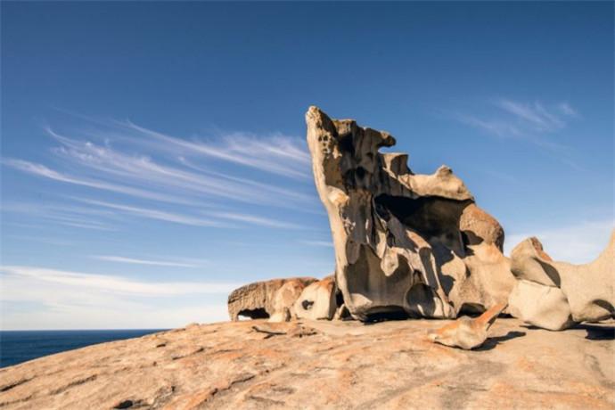 袋鼠岛上有众多令人心醉神迷的度假景点,以及与野生动物近距离接触的体验。在海滩上邂逅澳大利亚海狮;观赏袋鼠、考拉、小袋鼠、针鼹鼠和各种鸟类;探寻崎岖的岩石构造、地下岩洞.