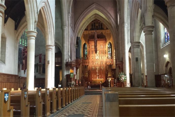 教堂的南边和巴黎圣母院教堂有几分相似,在主要入口都有著华丽的玫瑰窗,玫瑰窗上描述著南澳大利亚和圣经的故事,而这座大教堂以耶稣十二门徒之一圣彼得来命名,也跟世界上的欧洲很多国家著名的圣彼得大教堂一样.