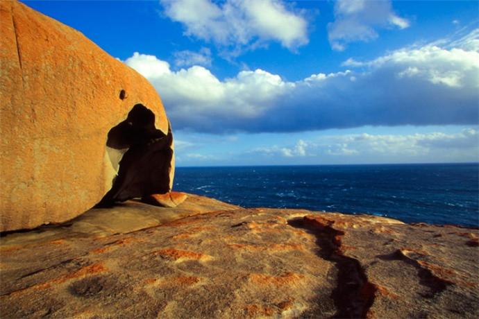 针鼹鼠、巨蜥以及袋鼠是岛上的常见动物,在旗舰拱门(Admirals Arch)附近的悬崖边还能看到许多野生海豹。弗林德斯蔡司国家公的海岸险峻而气势磅礴,巨大的岩石块矗立在海边,风景独特。