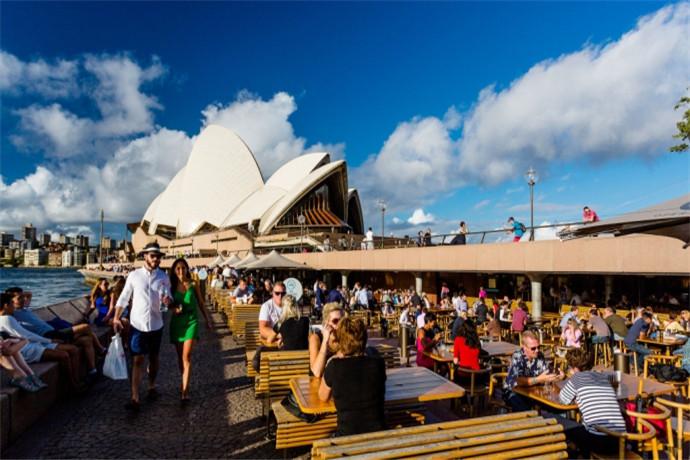 """在Opera Kitchen来一杯特色冷饮替阳光下的自己降降温,品尝最具澳洲特色的汉堡、炸鱼和薯条。坐在岸边的同时,身旁的海鸥也许会盯上你的薯条。别怕,我们的""""海鸥防卫队""""会尽力保护你们。"""