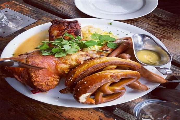汉多夫餐厅拥有超过150年历史。在这里可以品味到独特的历史、文化和餐饮、优质的服务和正宗的美食,其中不容错过的就是有着德式拼盘之称的猪肘餐,来到这里,你一定会被服务员惊人的臂力所震撼!