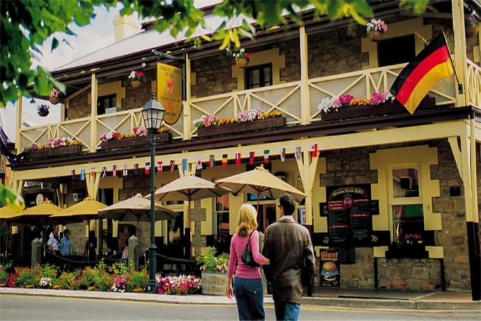 去南澳必定要去汉多夫,街上随处可见几十年前的老爷车,给人一种时光穿越的感觉,隐藏在城市西面山丘中的中世纪村落。拥有原汁原味的德国风情,你可以漫步在夕阳斜照的街上,到路旁小酒馆坐坐.