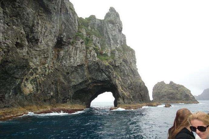 石中洞是岛屿湾中著名的景点,也是离海湾最远的景点。石中洞是世界上仅有的火山运动行程的黑色岩石,在海水侵蚀下产生的环状岩洞。