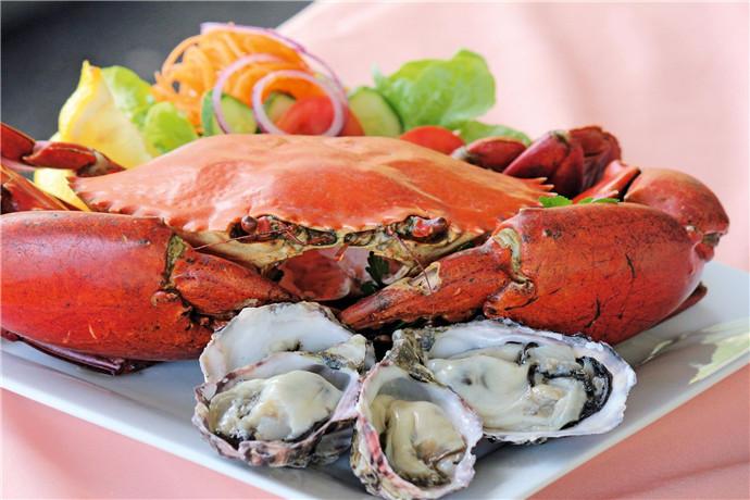 在翠儿河捕蟹游船上,从自己亲手放置的捕蟹笼中捕捉到螃蟹一定是非常满足的体验,当然也不能错过鲜美的螃蟹午餐和牡蛎农场的牡蛎品尝,品味澳洲极致鲜美的河鲜海货。