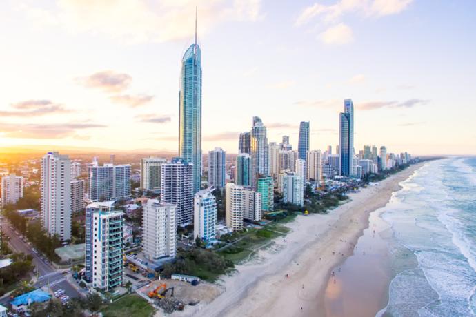 登上Q1 大厦,享受 77 层楼高的高空美景!站在澳洲唯一一座 360 度海滨观景台,脚下湛蓝海洋一望无际,沙滩跟城市景色相互辉映,在被誉为冲浪天堂的圣地,品饮咖啡或美酒,享受黄金海岸天际线的美轮美奂。
